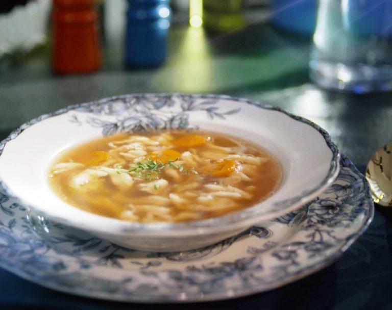 Sekrety Polskiej Kuchni: Rosół domowy z lanymi kluseczkami
