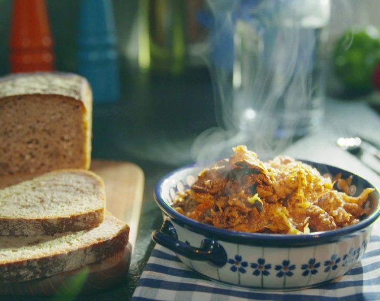 Sekrety Polskiej Kuchni: Bigos z suszonymi śliwkami