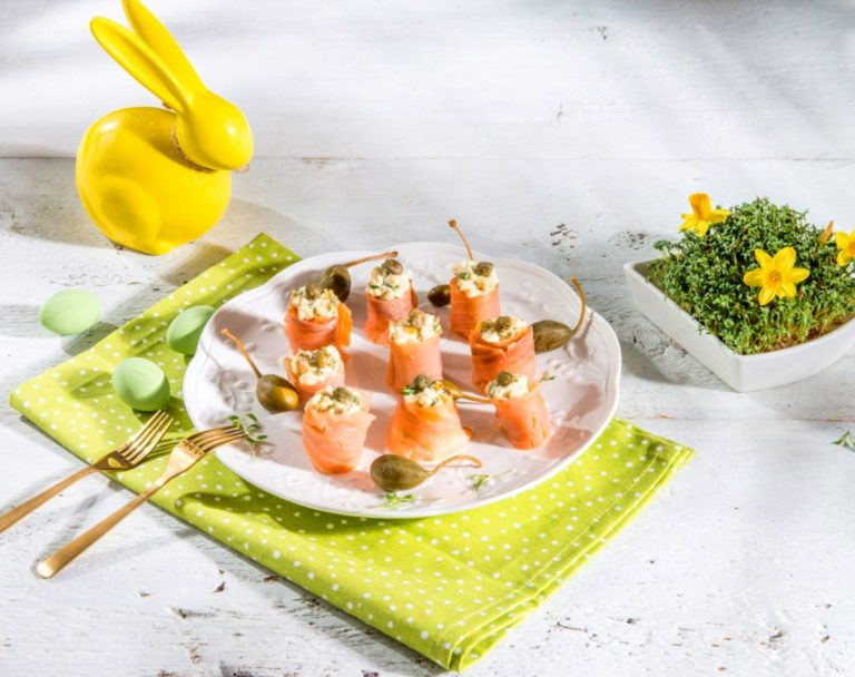Roladki z łososia i pasty jajecznej