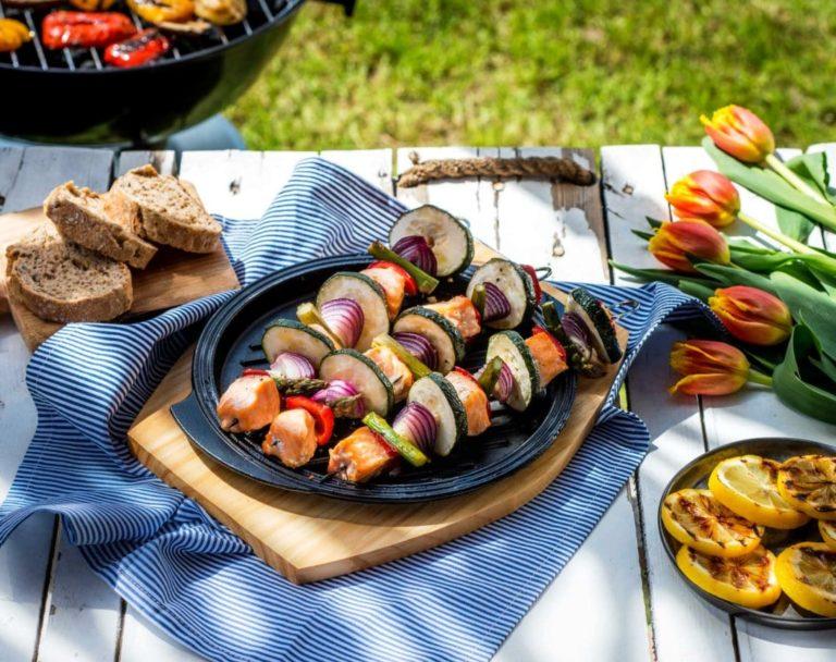 Szaszłyk z łososia z warzywami