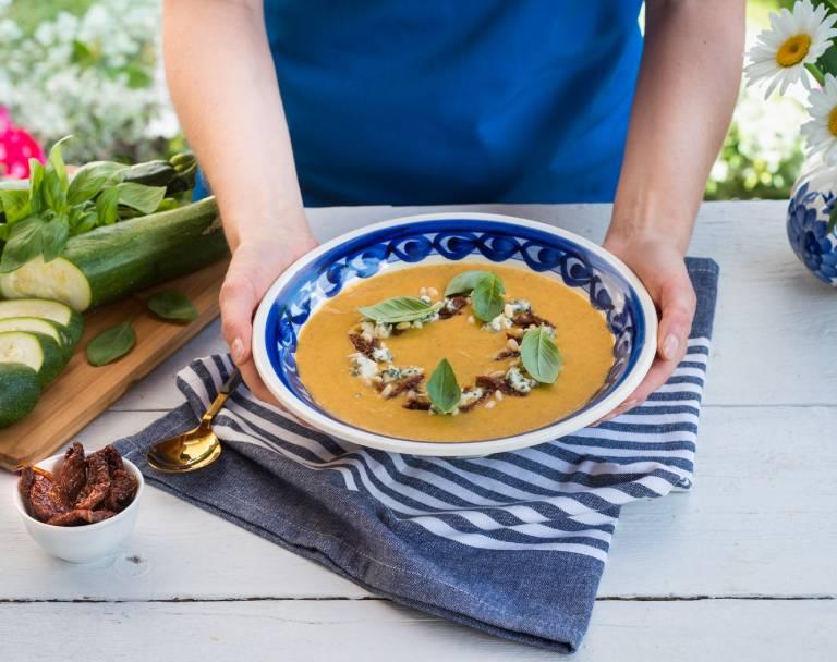 Kremowa zupa z cukinii ze świeżą bazylią