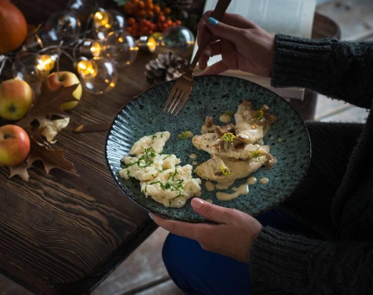 Polędwiczki z kurczaka w sosie kurkowym z kluskami lanymi